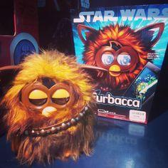 En serio he flipado cuando he visto a #Furbacca en @juguetronica. Me encanta esta frikada  #Furby #StarWars #Chewbacca #softtoys #plush #toys #instatoys #juguetes #peluches #pelucheando #juguetronica
