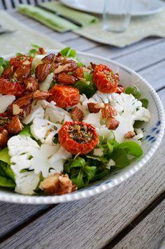 Grøn salat med langtidsbagte tomater, blomkål og salt-/honningstegte mandler