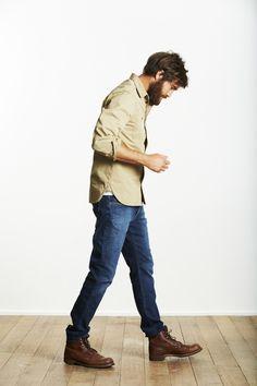 Le workwear light. De bonnes boots type Heshung combinées en toute simplicité avec un jean brut joliment délavé et une chemise beige en toile épaisse, donne un look à la fois décontracté et viril. Retrousser les manches, permet de casser la silhouette trop uniformisée. Rien à redire sur l'association de ces couleurs qui fonctionne très bien. Rappelant le minimalisme scandinave, ce style est simple mais terriblement efficace. #Flo