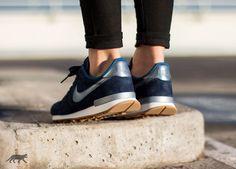 Nike Wmns Internationalist Premium Suede (Mid Navy / Metallic Blue Dusk - Court Blue)