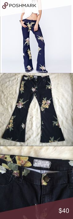 """Free people Miami nights flare jeans Free people Miami nights jeans. Gently worn. These have been altered so there is no unfinished seam as Photo'd in the cover. The inseam is approximately 29"""".. These are in excellent gently worn condition Sz 31 Free People Jeans Flare & Wide Leg"""