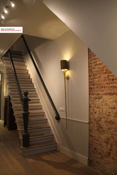 In this interior design in Amsterdam we seen a great combination of the use of natural materials like stone and wood in combination with warm colors and classic elements