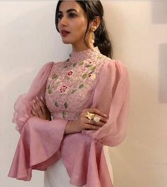 Different Types Of Sleeves For Blouse In Different Styles – Lifestyle Sari Blouse Designs, Designer Blouse Patterns, Fancy Blouse Designs, Latest Blouse Patterns, Dress Patterns, Indian Gowns Dresses, Indian Fashion Dresses, Indian Designer Outfits, Stylish Blouse Design