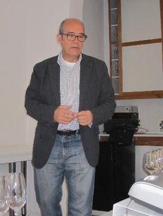 Fernando Gurucharri, Presidente de la Unión Española de Catadores dirigiendo la sesión. Cata de vinos en la Unión Española de Catadores, 13-04-2013. Imagen Nuria Blanco (@nuriblan)