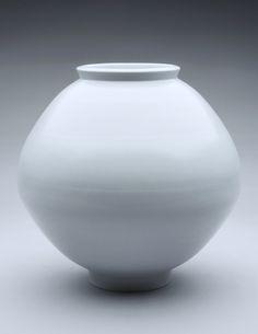 (Korea) Moon porcelain jar by Kim Yik-yung ). Thrown Pottery, Pottery Vase, Ceramic Pottery, Ceramic Art, Korean Pottery, Moon Jar, Tablewares, Ceramic Design, South Korea