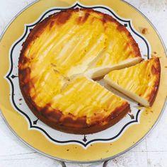 """Tim Mälzers Eierlikör-Käsekuchen - """"Tim Mälzer zeigt, wie vielseitig Eierlikör beim Backen sein kann. Dieser Käsekuchen wird eure Gäste garantiert überraschen."""""""