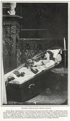 Edwardian Theatre: Miss Sarah Bernhardt in her Coffin - 1901 Sarah Bernard, Vintage Photographs, Vintage Photos, Post Mortem Photography, Cemetery Art, After Life, Memento Mori, Casket, Macabre