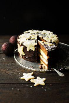 Przepis na świąteczny piernik z budyniem. Jest pyszny, czekoladowy z migdałami, przekładany dżemem morelowym i lekką masą budyniową, podany na kruchym spod