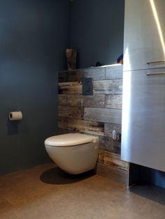 wood effect tiles behind toilet