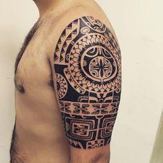 Janser Tattoo é um tatuador com conhecimento sobre cultura Polinesia, especializado em arte Marquesam, Samoana e Maori. Tatuador da Good Luck Tattoo.