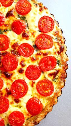 Przepis na wytrawną tartę ze szpinakiem i pomidorami. Tartę przygotowałam na cieście kruchym, wierzch obłożyłam serem mozzarella, a do samego szpinaku dodałam kilka pomidorów suszonych, co jeszcze bardziej podkręciło smak całości. Tarta ze szpinakiem i pomidorami jest doskonałym pomysłem zarówno na obiad, jak i na kolację. Tarta w takiej odsłonie smakuje znakomicie na ciepło i...Tryb czytania