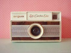 Must have retro camera. Antique Cameras, Old Cameras, Vintage Cameras, Toy Camera, Retro Camera, Film Camera, Retro Vintage, Vintage Love, Vintage Stuff