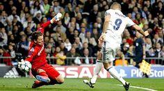 Karim Benzema (re.) trifft gegen Roman Weidenfeller zum 1:0