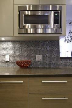 modern kitchen by Urban Homes Snygg kombo med träluckor nere och målade uppe