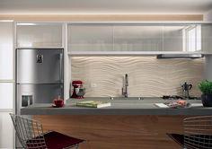 Revestimento da parede diferente acima da bancada.   Projeto para cozinha com porcelanato Studio Limestone - lançamentos 2015 da Cerâmica Portinari