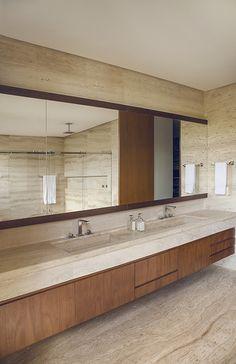 Casa do Telhado | Valéria Gontijo + Studio - Brasília, Brasil Downstairs Bathroom, White Bathroom, Modern Bathroom, Master Bathroom, Bathroom Design Inspiration, Bathroom Interior Design, Travertine Bathroom, Toilet Tiles, Interior Minimalista