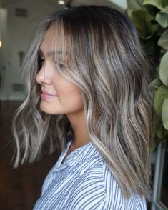 How much are you guys loving this blunt chic bob + cool blonde? How much are you guys loving this blunt chic bob + cool blonde? Brown Hair Balayage, Brown Blonde Hair, Brunette Hair, Hair Highlights, Ombre Hair, Honey Balayage, Cool Blonde, Brunette Color, Color Highlights