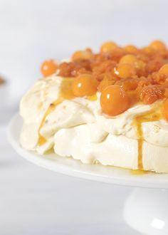 Pavlova med multekrem er helt perfekt å ha som dessert til julaften, nyttårsaften eller andre julemiddager. Kaken er like enkel å lage som den er å spise - se oppskriften!