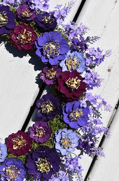 Pine Cone Art, Pine Cone Crafts, Wreath Crafts, Pine Cones, Purple Flower Bouquet, Beautiful Bouquet Of Flowers, Purple Flowers, Pine Cone Flower Wreath, Floral Wreath