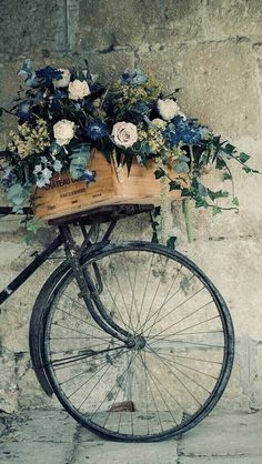 ARE you in search for vintage wallpaper than you are at right place .GODFATHER STYLE has collected the best vintage wallpapers for retro look. Bicycle Basket, Old Bicycle, Bicycle Art, Old Bikes, Bike Baskets, Retro Bicycle, Deco Floral, Vintage Bicycles, Garden Art