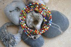 lustig, kunterbuntes Wickelarmband aus Glasperlen und versilberten Perlen.    Das Armband ist auf Juwelierdraht gefädelt und mit einem versilberten Verschluss