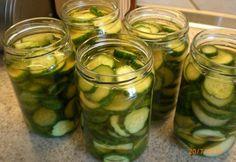 Skær agurkerne i skiver og drys dem med salt. Lad dem trække en time. Herefter skal de dryppe af i en si. Bland ingredienserne til lagen og kog den op. Lad den derefter køle ned før den sies. Tilsæt