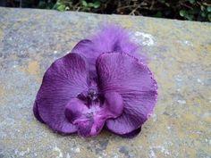 Broche boutonni re orchidee violet paillette plume fleur artificielle