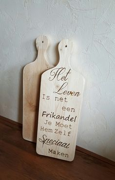 Broodplank met tekst Het leven is net een Frikandel Spirit Sticks, Painted Driftwood, Hand Lettering Alphabet, Pallet Painting, Pyrography, Journal Cards, Flower Wall, House Warming, Diy And Crafts