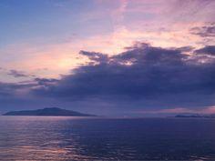 07  Aug. 5:25 大きな雨雲の上で朝焼け(sunrise glow)が始まった博多湾です。 #sunrise ( Morning Now at Hakata bay in Japan )