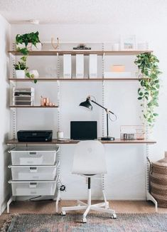 Great Home Office Shelving Design And Decor Ideas - HomyBuzz Home Office Space, Home Office Design, Home Office Decor, Office Ideas, Home Decor, Decorating Office Spaces, Small Bedroom Office, Modern Office Decor, Apartment Office