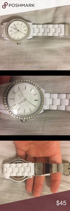 🎀FRIDAY SALE🎀 DKNY White Watch Very lightly used DKNY White chain watch. Like new condition. I do not have any additional links. Not doing trades but I will take reasonable offers. DKNY Accessories Watches