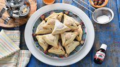 Triunghiuri marocane cu migdale - reteta video Hummus, Biscuits, Chicken, Meat, Cooking, Ethnic Recipes, Food, Africa, Youtube