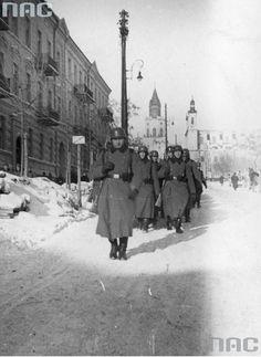 Oddział niemieckich żołnierzy podczas marszu ulicą. Fotografia wykonana zimą. Dzisiejsza ul. Wyszyńskiego