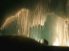 Caverna, belíssimas e gigantescas esculturas de gelo. Eisriesenwelt Ice Caves, Austria The largest ice-caves in the world