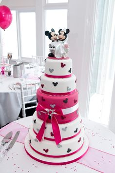 ...who doesn't love a cake with mickey & minnie...so darn cute...