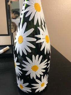 Hand painted daises on a green wine bottle Wine Bottle Vases, Glass Bottle Crafts, Diy Bottle, Wine Glass, Glass Painting Designs, Pottery Painting Designs, Glass Painting Patterns, Painted Glass Bottles, Decorated Bottles