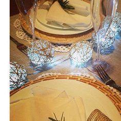 DECORARE LA TAVOLALe lucine di Natale? Appoggiale sulla tavola e fai scorrere il filo tra i piatti in modo da creare una traccia luminosa. Se ami i tessuti naturali grezzi usa rafia e sottopiatti in