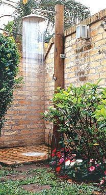 15 Inspiring Indoor/Outdoor Bathrooms Outdoor shower with very large shower head Indoor Outdoor Bathroom, Outdoor Baths, Backyard Patio, Backyard Landscaping, Pergola Patio, Outside Showers, Outdoor Showers, Brick Patterns Patio, Garden Shower