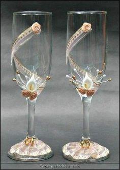 Wonderful DIY Wine Glasses Decoration With Flowers and Beads Diy Wine Glasses, Decorated Wine Glasses, Painted Wine Glasses, Wedding Wine Glasses, Wedding Champagne Flutes, Champagne Glasses, Wine Glass Crafts, Wine Bottle Crafts, Bottle Art