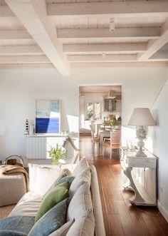 LUZ NATURAL · REFORMA Y DECORACIÓN VIZCAYA, NATALIA ZUBIZARRETA INTERIORISMO. Aprovechando la estructura del edificio, creamos la distribución de la casa, la cubierta, los forjados y le dimos a la vivienda terrazas y un porche desde el que disfruta de unas magníficas vistas al mar. Se trata de una reforma integral realizada en Tazones, Asturias, que hizo que nos trasladáramos para ofrecer un servicio de interiorismo completo, a distancia. Palette, Oversized Mirror, Living Room, Luz Natural, Furniture, Home Decor, Ideal House, Fireplace Stone, Wood Ceilings