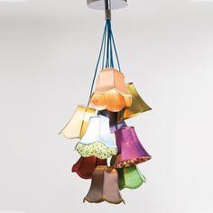 Daisy Flowers loftslampe fra Select21's lampekollektion. Daisy-serien er møbler og indretningsartikler formgivede efter patchwork-principen og komponerede af farverige og genbrugt stof.