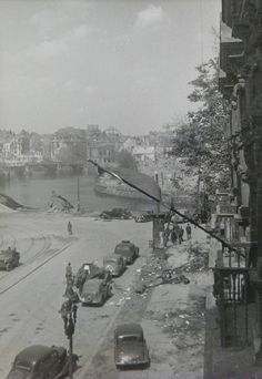 Red Flag Soviet cars and waterfront Spree in Berlin. Germany Ww2, Ww2 Pictures, Total War, D Day, Second World, World War Two, Old Photos, Wwii, Germany
