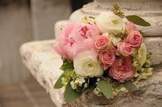Romantischer Brautstrauß aus Rosen und Pfingstrosen in Weiß und Rosa.