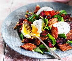 Rostade rödbetor med pocherat ägg, fläsk och getostdressing är en smakrik och fascinerande rätt perfekt som lunch eller middag. Smaken av rödbetorna tillsammans med spenat, fläsk, ägg, getost och pinjenötter skapar en hissnande smakupplevelse!