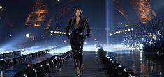 walks the runway during the Saint Laurent Womenswear Spring/Summer 2020 show as part of Paris Fashion Week 📸 naomi paris Naomi Campbell, Tour Eiffel, Versace, Ysl Paris, Yves Saint Laurent, Le Smoking, Hot Tickets, Naturally Curly Bob, Mode Vintage