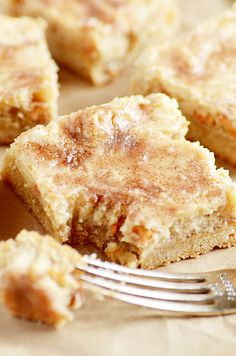 Snickerdoodle Gooey Cake Bars Source by somethingswanky Cake Mix Desserts, Cake Mix Recipes, Just Desserts, Delicious Desserts, Dessert Recipes, Budget Desserts, Ic Recipes, German Desserts, Homemade Desserts