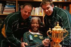 2007 Mandela Goes To South Africa Dec 5 2013 By Desire Thompson Nelson Mandela meets South Africa Rugby Union coach Jack White and union captain John Smith with the World Cup Trophy Rugby League, Rugby Players, Go Bokke, Rugby Cup, South Africa Rugby, Twickenham Stadium, World Cup Trophy, Rugby World Cup, Nelson Mandela
