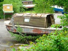 TWELVE Terrific (and Tiny) Houseboats and Shantyboats- A photo gallery Camper Boat, Shanty Boat, Houseboat Living, Canal Boat, Floating House, Narrowboat, Tug Boats, Pontoon Boat, Tiny House Design