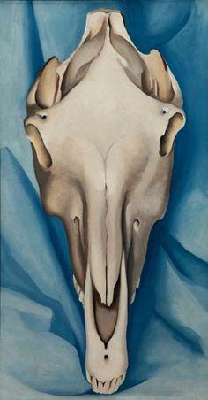 Georgia O'Keeffe: Hevosen kallo sinisellä taustalla / Horse's Skull on Blue, 1931 © 2009 Georgia O'Keeffe Museum