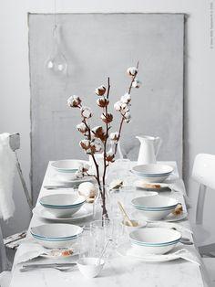Inför helgens alla högtider är det lätt att det blir trångt runt bordet, men det löser vi enkelt med ett par benbockar och en skiva. Här dukar vi krispigt vintervitt och blått på nya EKBACKEN bänkskiva i naturtroget marmormönster.